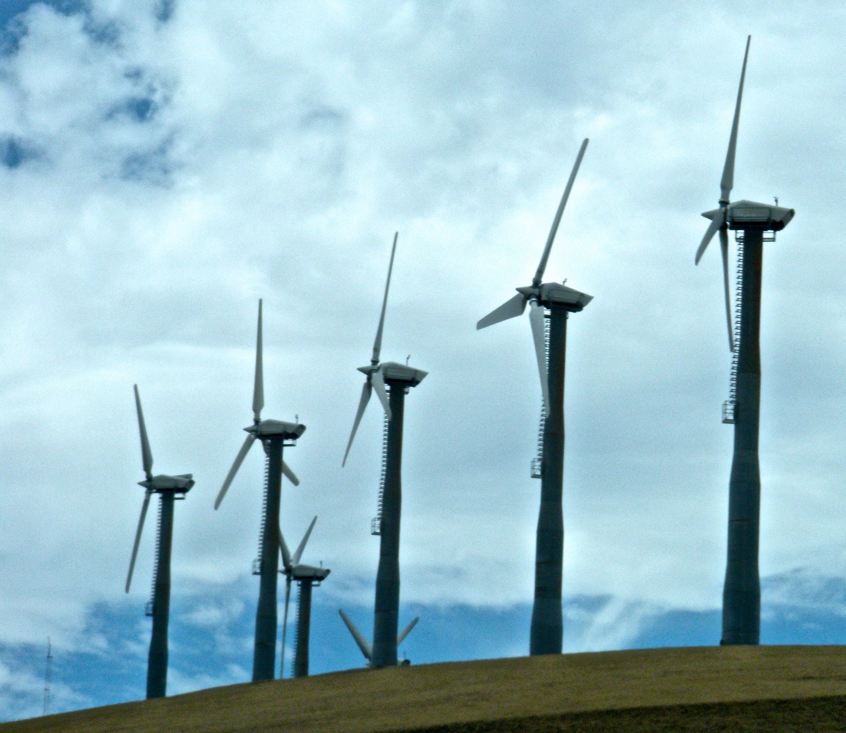 should the use of wind energy be Turbines catch the wind's energy with their propeller-like blades, which act much like an airplane wing when the wind blows, a pocket of low-pressure air forms on one side of the blade when the wind blows, a pocket of low-pressure air forms on one side of the blade.